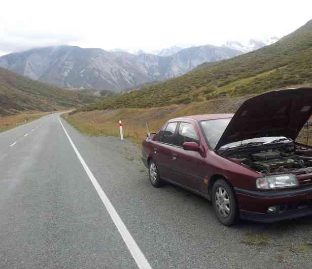 Cinco averías del coche que se pueden arreglar en la carretera