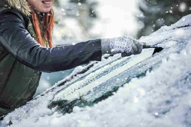 Quitar el hielo del parabrisas del coche.